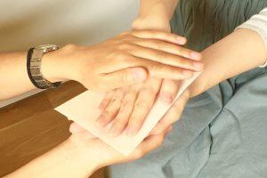 手を取り合う働く母