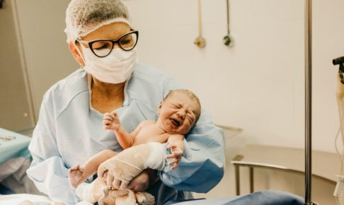 分娩台で誕生した赤ちゃんと母親